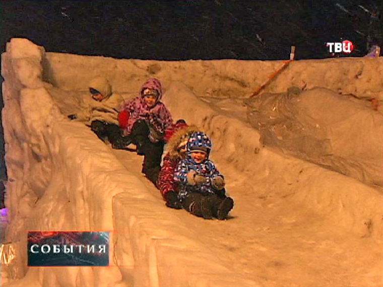 Дети катаются с ледяной горки