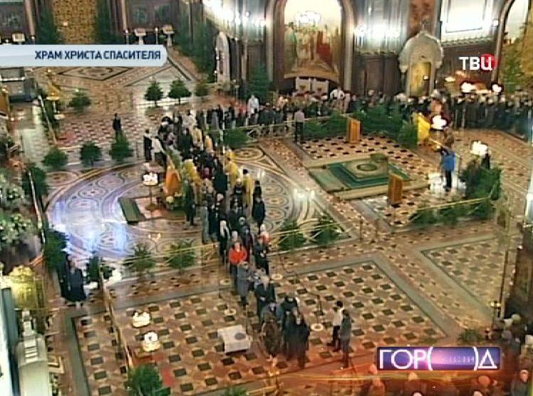 Прихожане в Храме Христа Спасителя