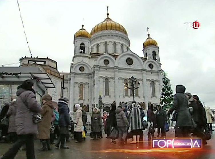 Прихожане около Храма Христа Спасителя