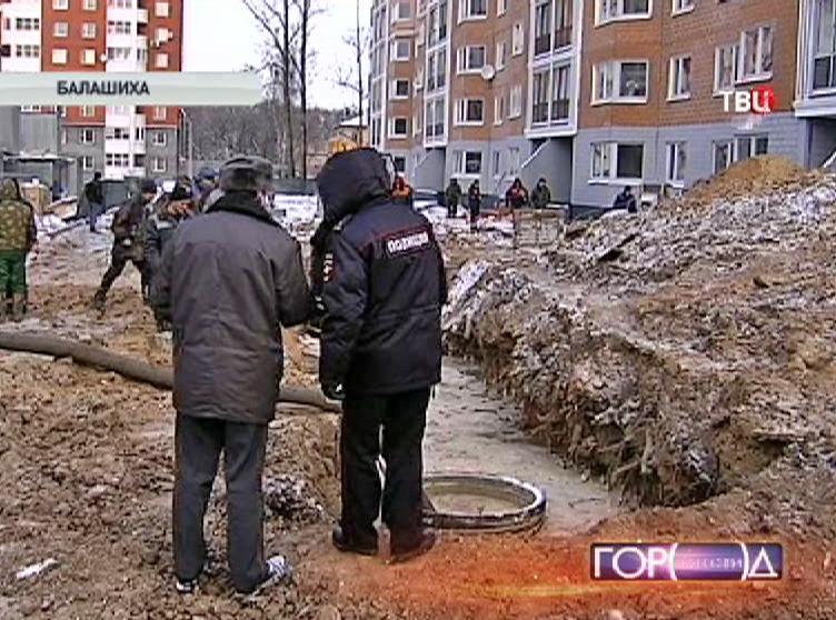 Сотрудники полиции на месте аварии водопровода в Балашихе