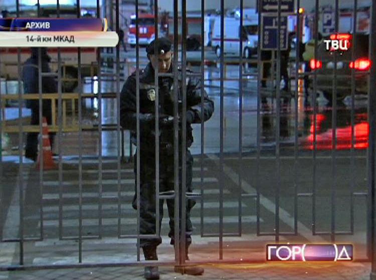 Полицейский закрывает ворота