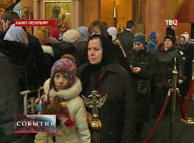 Прихожане в Новодевичьем монастыре