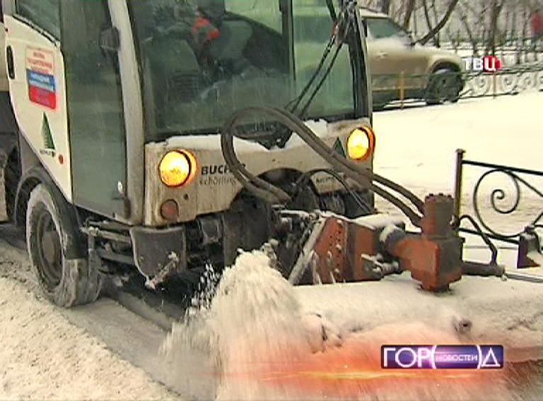 Снегоуборочная техника чистит тротуар от снега