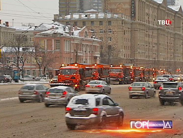 Снегоуборочная техника чистит улицы Москвы