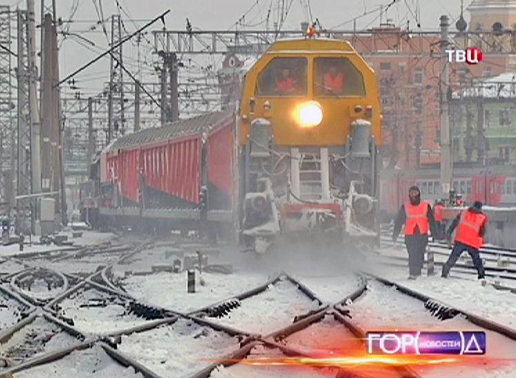 Снегоочистительный поезд очищает рельса от снега
