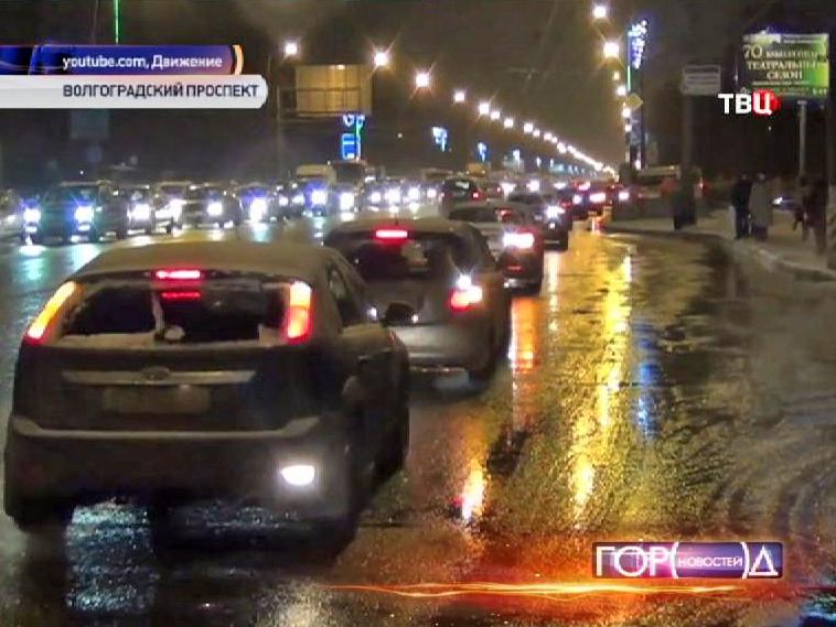 Водители объезгая пробку едут задом