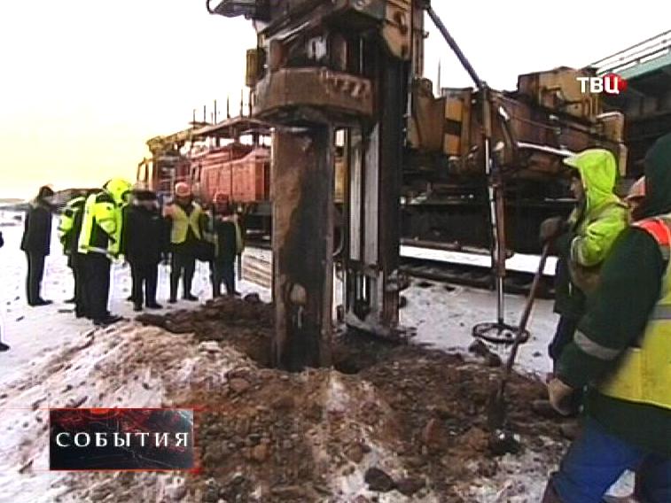 Строители извлекают сваю пробившую тоннель метро