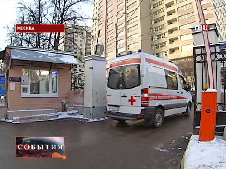 Скорая помощь въезжает на территорию больницы