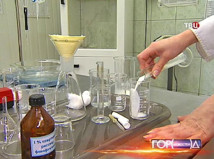 Лаборатория проводит анализ молока