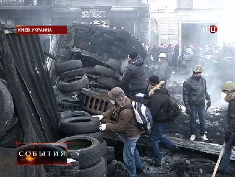 Митингующие в Киеве возводят баррикады