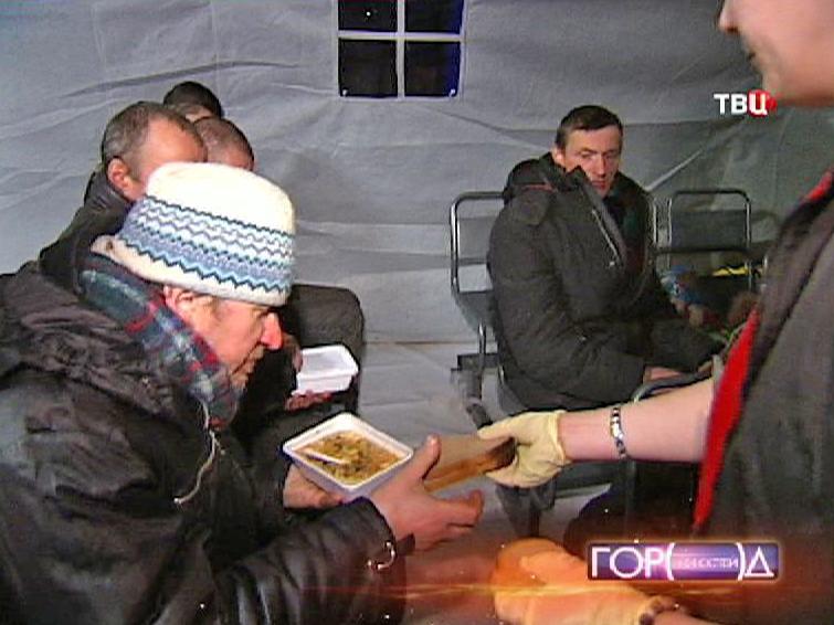 Бездомные получают еду