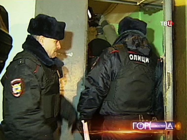 Полиция проводит рейд в общежитии