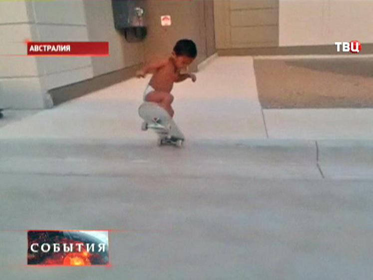 Юный скейтбордист делает трюк