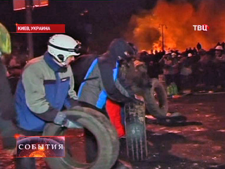 Митингующие в Киеве сооружают огненную баррикаду из шин