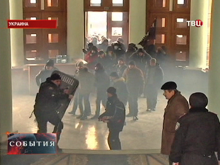 Беспорядки на Украине. Штурм административного здания