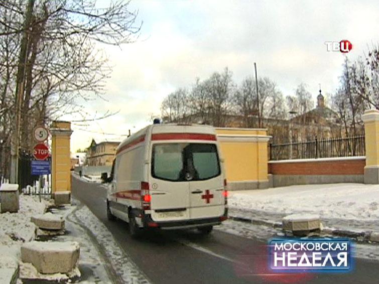 Скорая помощь въезжает в Первую градскую больницу