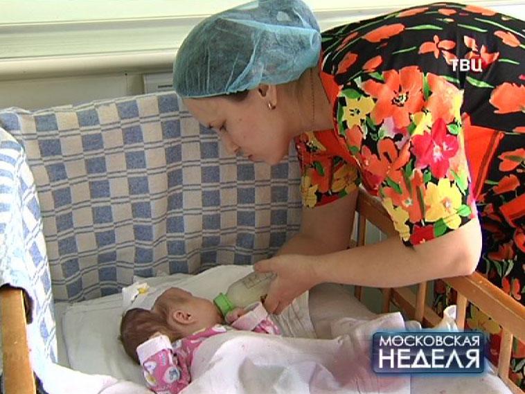 Мать кормит грудного ребенка