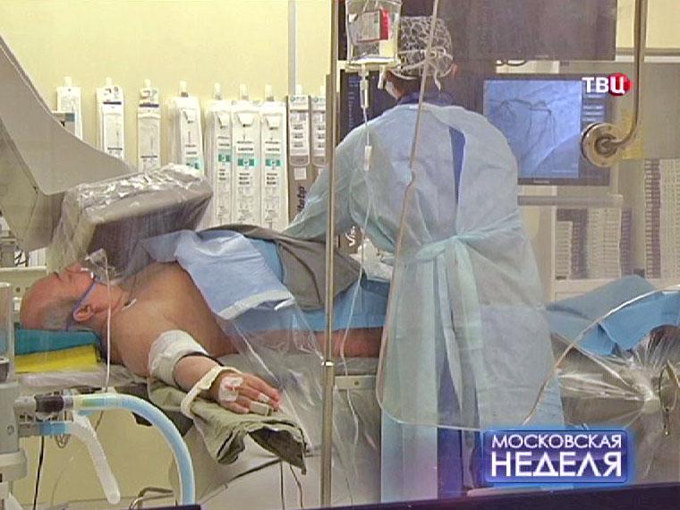 Врач проводит обследование пациента