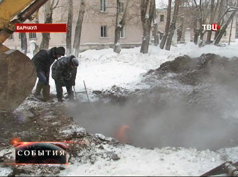 Яма после прорыва теплотрассы в Барнауле