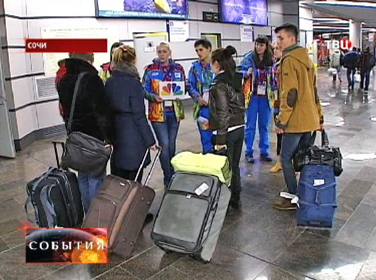 Волонтеры встречают гостей Олимпиады в аэропорту
