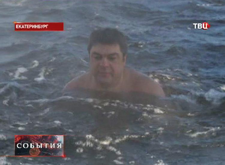 """""""Морж"""" купается в проруби"""