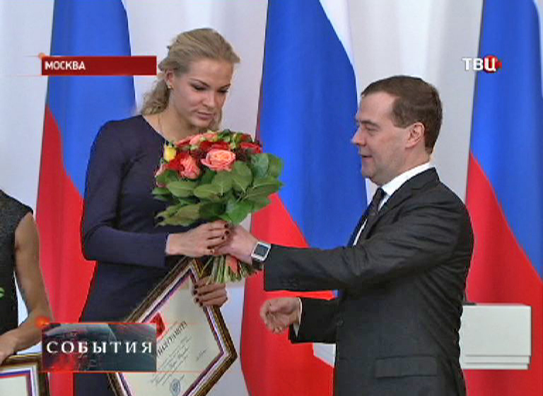 Дмитрий Медведев вручает почетную грамоту