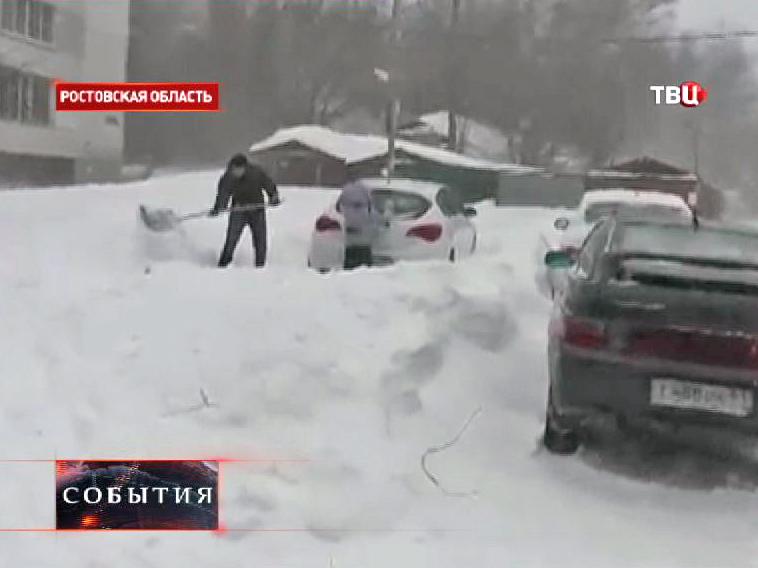 Автовладелец откапывают свою машину