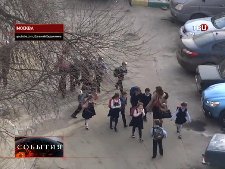 Детей выводят из захваченной школы в Отрадном