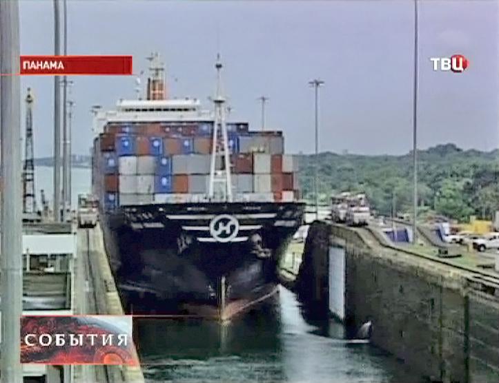 Грузовой корабль проходит через шлюз Панамского канала