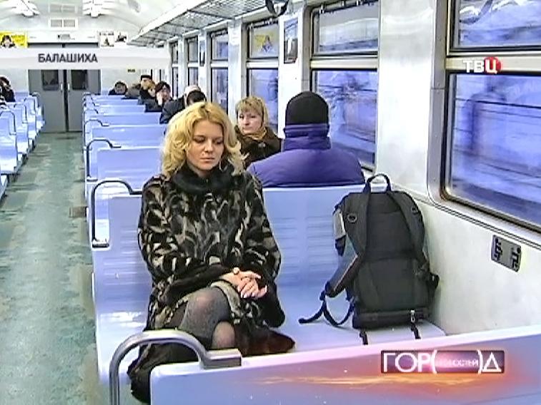 Пассажиры едут в электричке