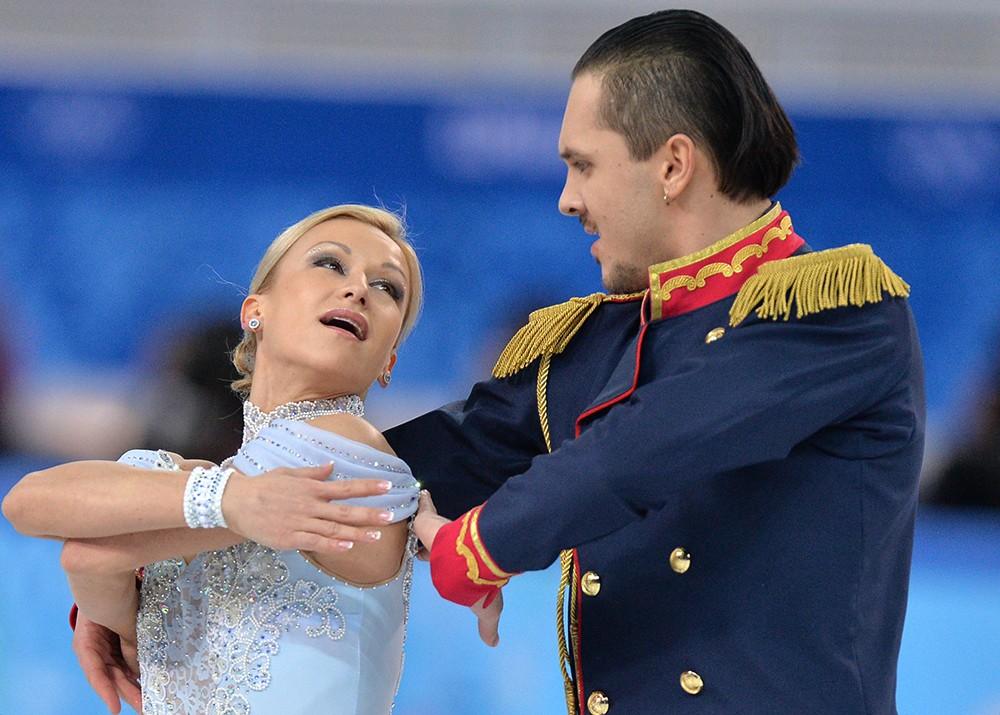 Татьяна Волосожар и Максим Траньков (Россия) выступают в короткой программе парного катания командных соревнований по фигурному катанию на XXII зимних Олимпийских играх в Сочи