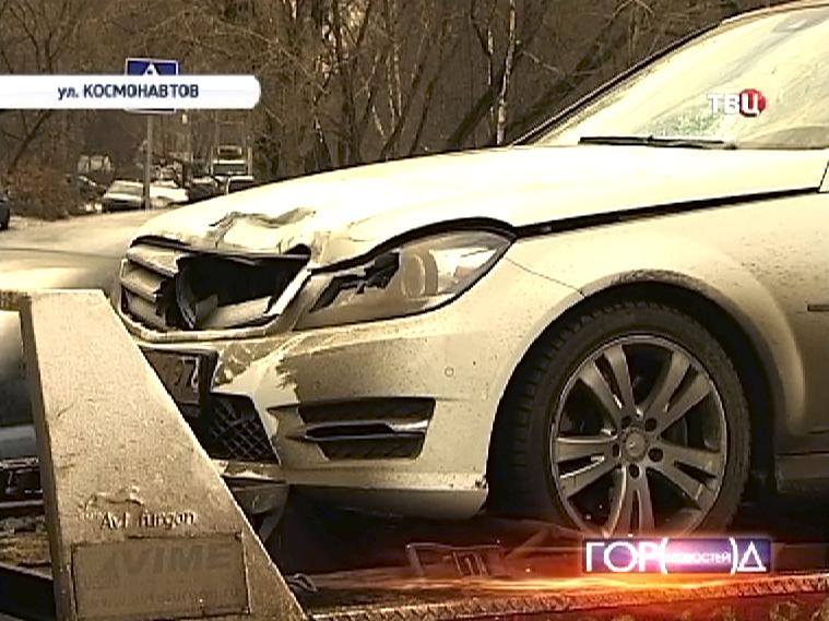 Машина сбившая женщину с ребенком на улице Космонавтов