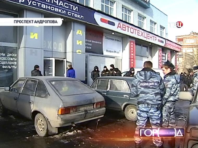 Полиция выселяет незаконных арендаторов из автосервиса на проспекте Андропова