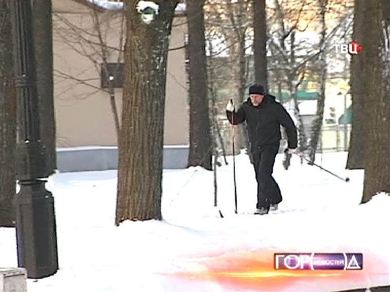 Лыжник бежит в Измайловском парке