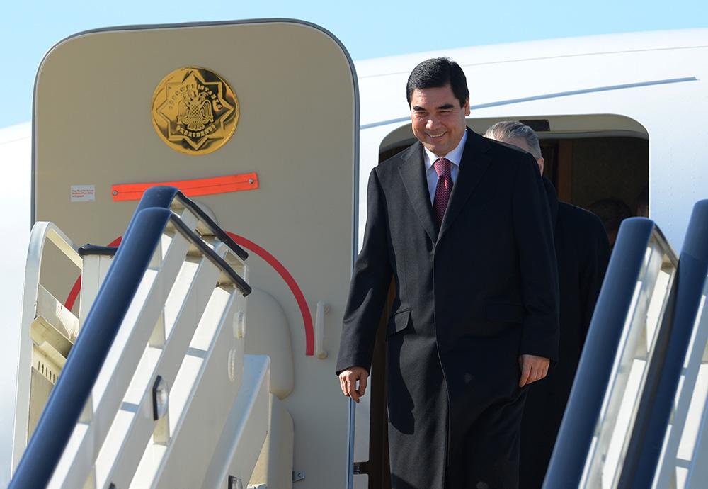Президент Туркмении Гурбангулы Бердымухамедов спускается по трапу самолета в аэропорту Адлера