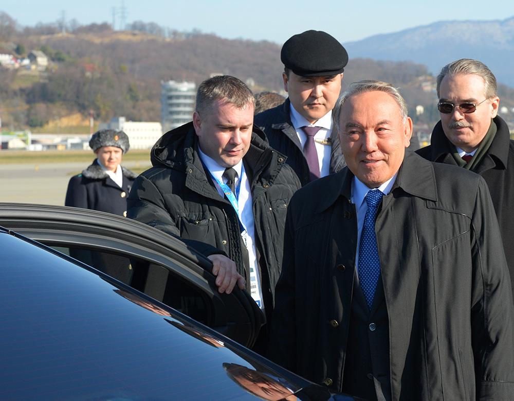 Президент Казахстана Нурсултан Назарбаев (справа на первом плане) в аэропорту Адлера