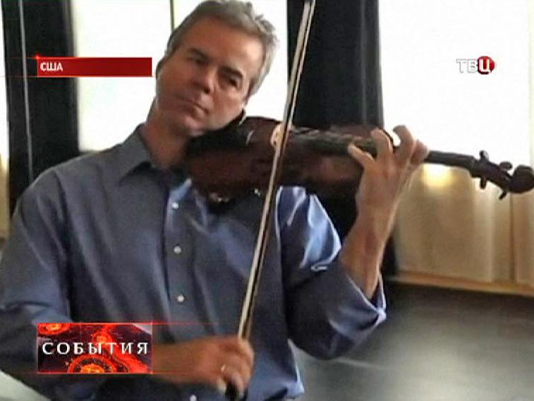 Музыкант играет на скрипке Страдивари