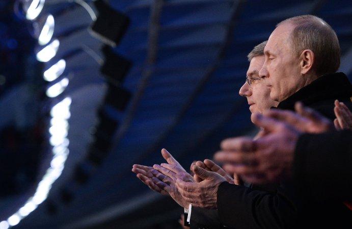 Президент России Владимир Путин и президент Международного олимпийского комитета Томас Бах (справа налево) на церемонии открытия XXII зимних Олимпийских игр в Сочи.