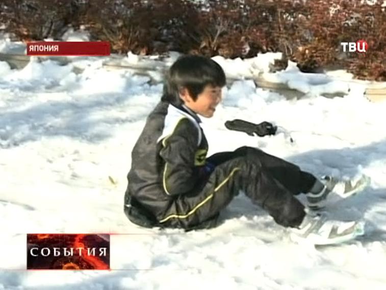 Ребенок катается на снегу в Японии