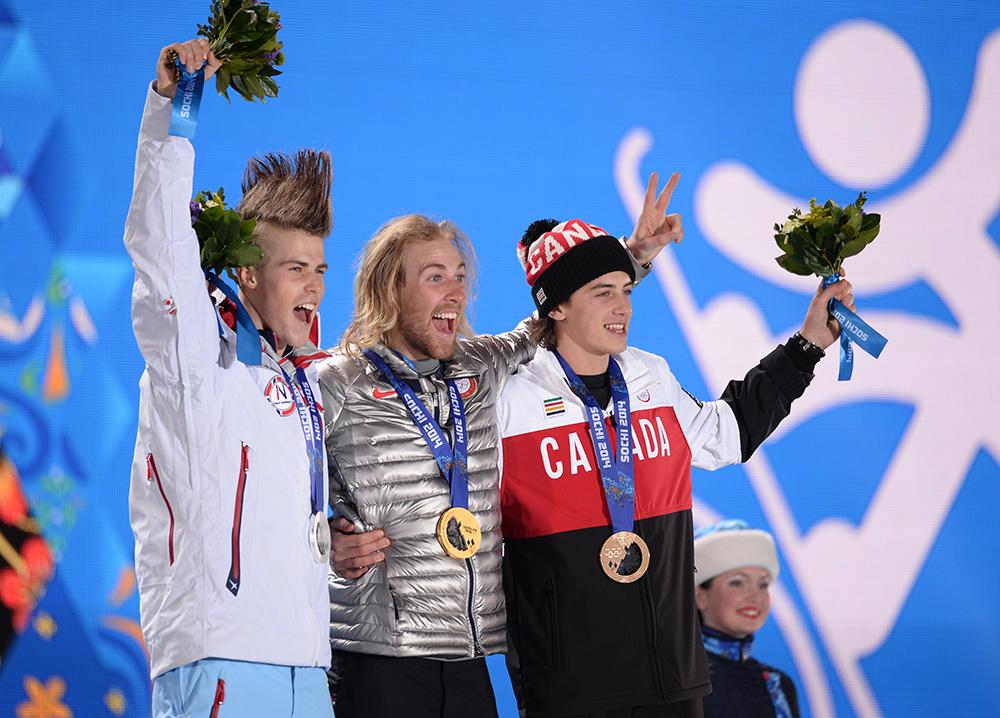 Призеры слоуп-стайла среди мужчин в соревнованиях по сноуборду. Столе Сандбек (Норвегия) - серебряная медаль, Сейдж Коценбург (США) - золотая медаль, Марк Макморрис (Канада) - бронзовая медаль.