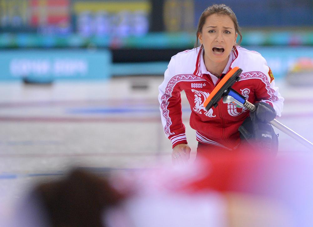 Анна Сидорова (Россия) в матче кругового турнира между сборными командами России и Дании в соревнованиях по керлингу среди женщин
