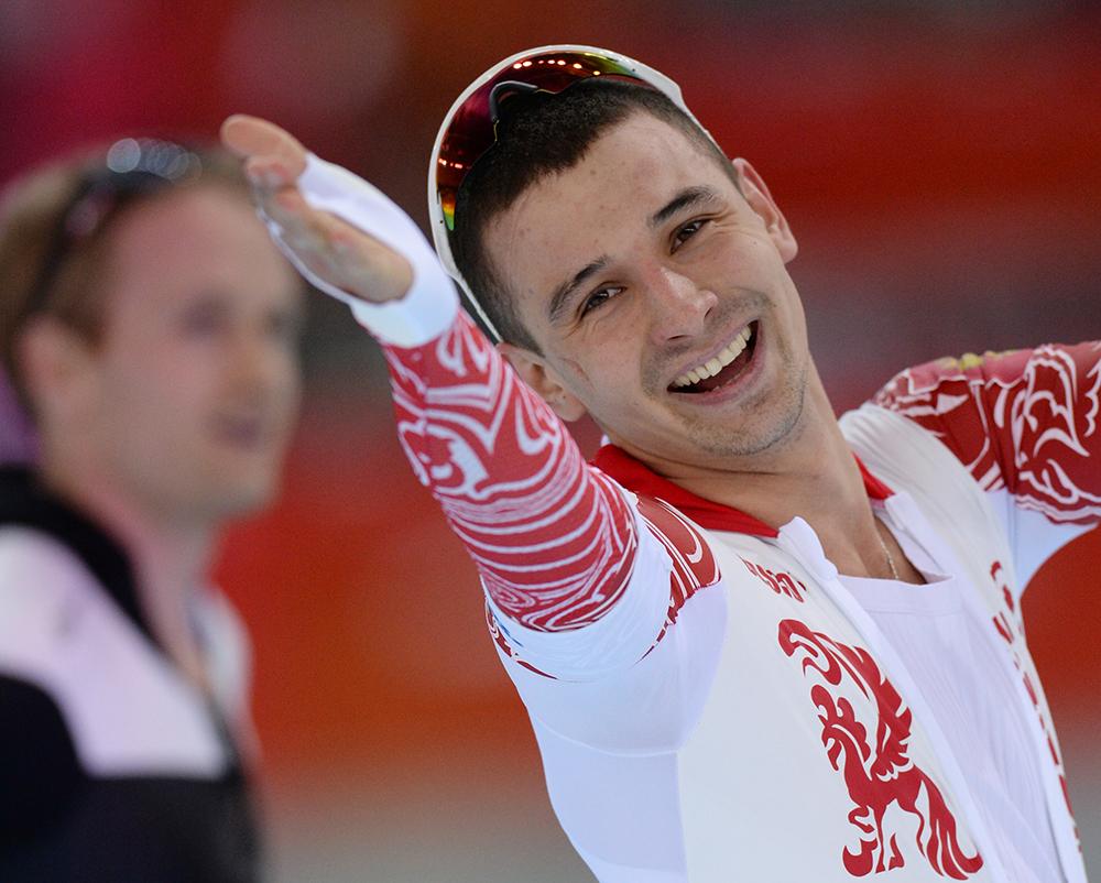 Денис Коваль (Россия) после финиша во втором забеге на 500 метров в соревнованиях по конькобежному спорту среди мужчин