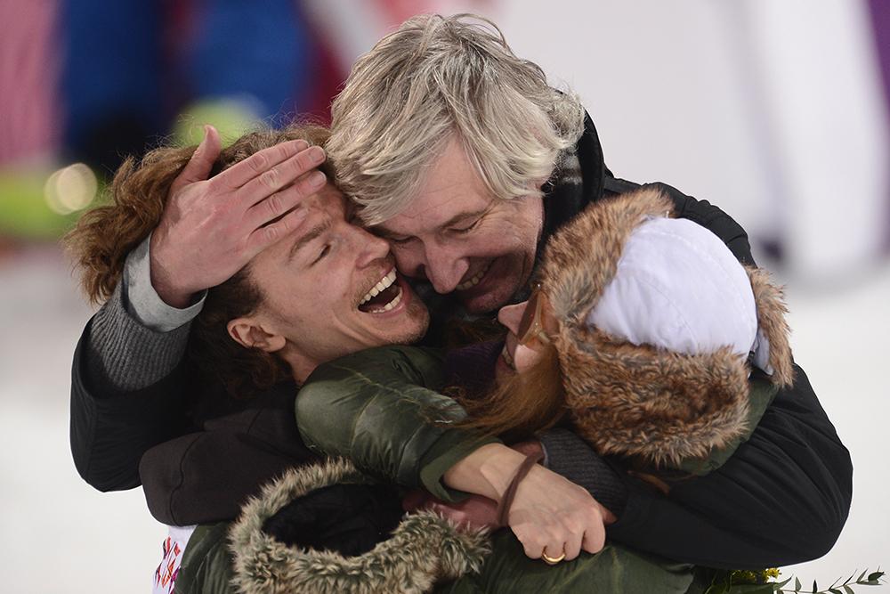 Юрий Подладчиков (Швейцария), завоевавший золотую медаль в хаф-пайпе среди мужчин во время соревнований по сноуборду на XXII зимних Олимпийских играх в Сочи, радуется победе со своими родителями: отцом Юрием и мамой Валентиной во время цветочной церемонии