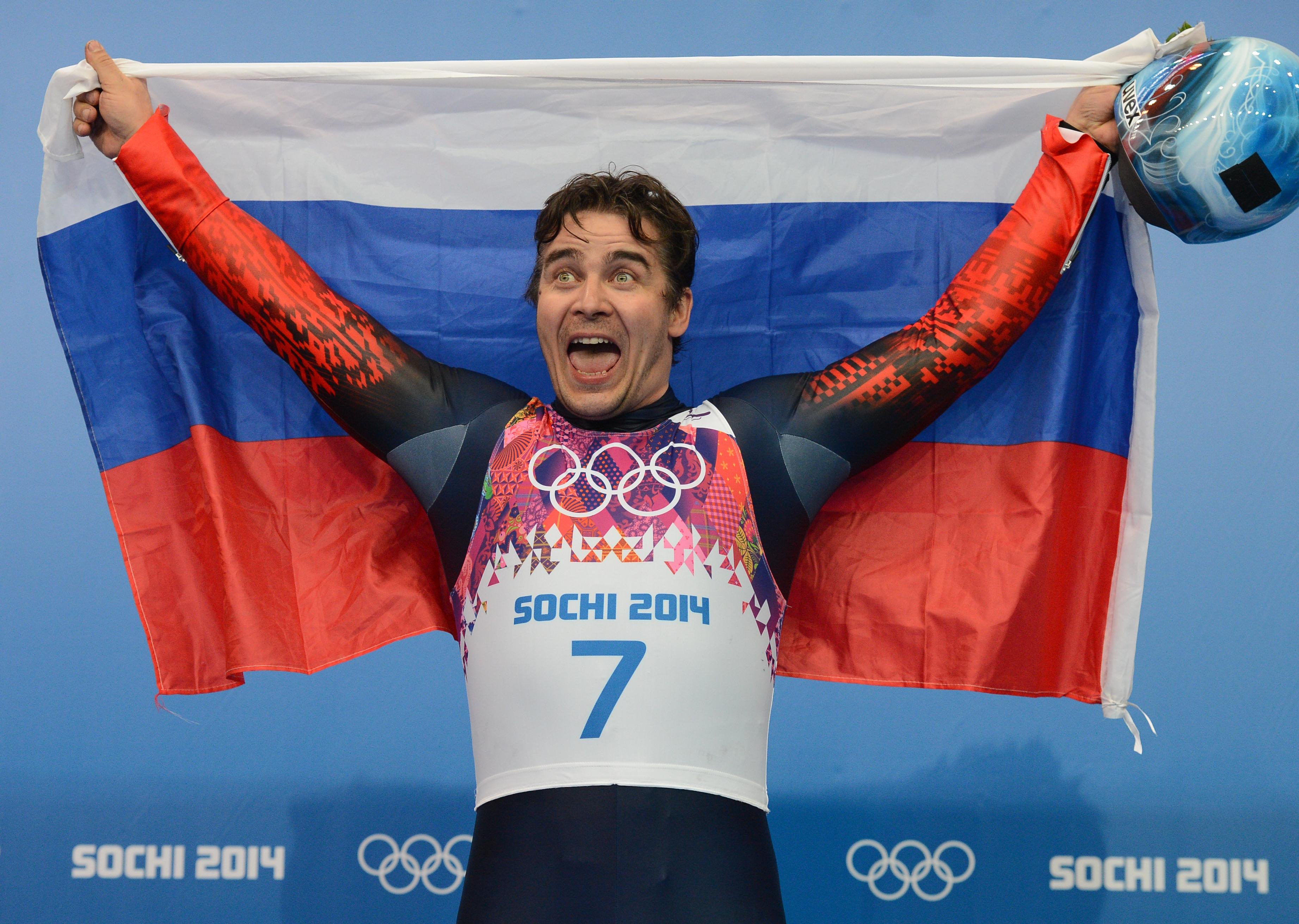 Альберт Демченко завоевавший серебряную медаль на соревнованиях по санному спорту среди мужчин
