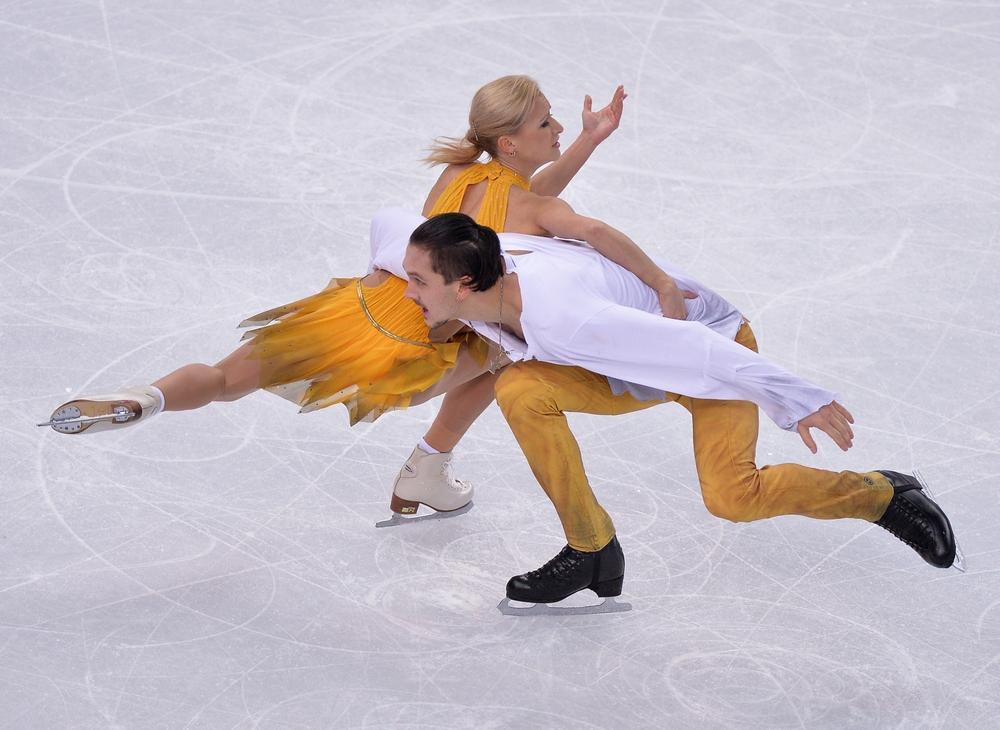 Татьяна Волосожар и Максим Траньков (Россия) выступают в произвольной программе парного катания