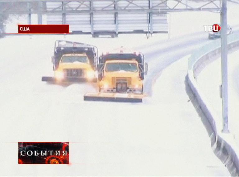 Снегоуборочная техника очищает проезжую часть