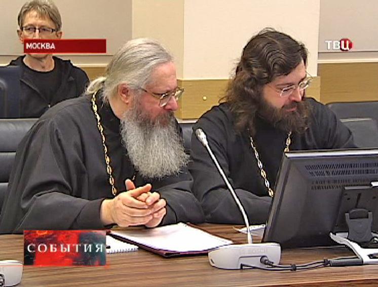 Священнослужители на совещании