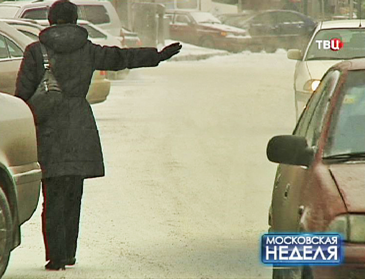 Женщина голосует на дороге