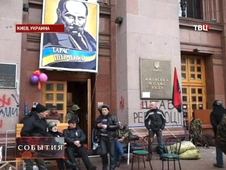 Оппозиционеры покидают здание Киевской мэрии