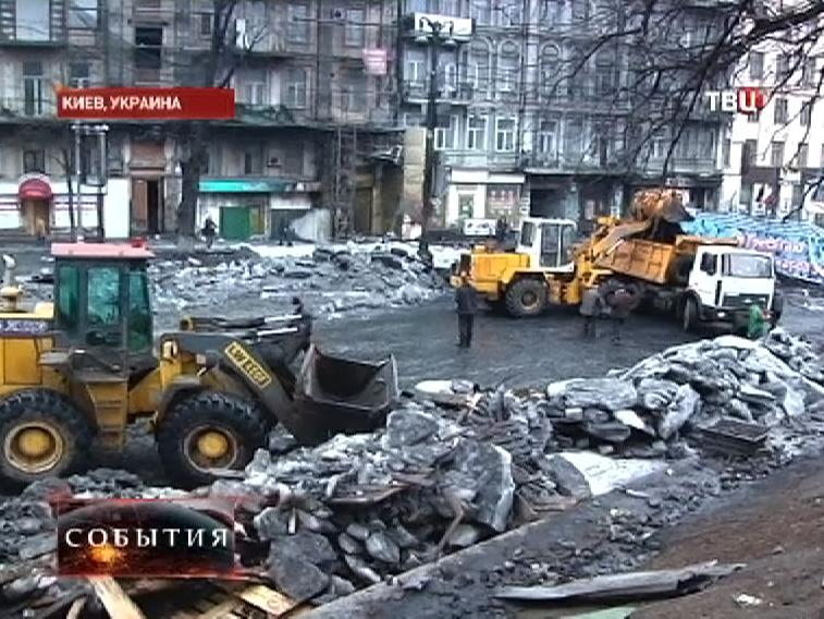 Строительная техника разбирает баррикады в центре Киева